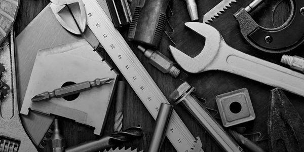 narzędzia rozrzucone na stole