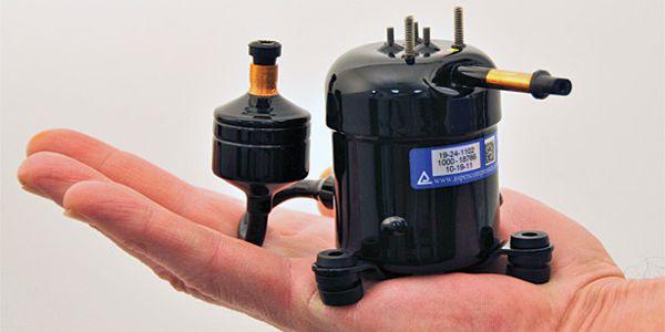 mała czarna sprężarka chłodnicza trzymana na dłoni