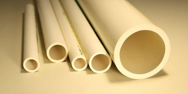 rury PVC o różnych średnicach